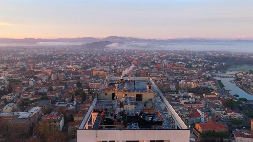 un-frame-del-video-di-federico-mecozzi-sopra-il-grattacielo